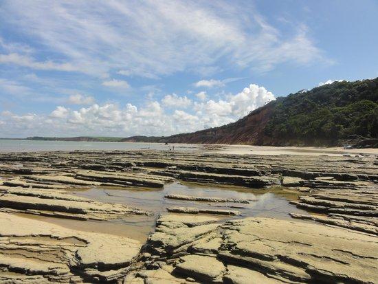 Praia da Ponta do Gamela: uma praia deserta com falésias coloridas